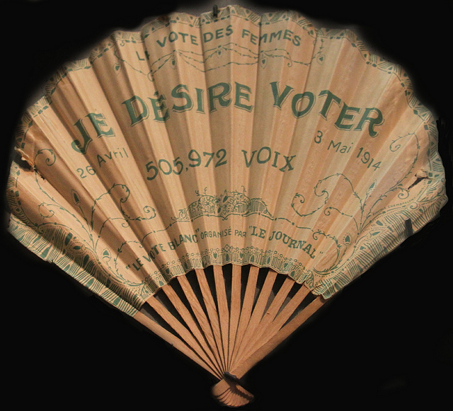 A fan with a suffragette slogan in French.