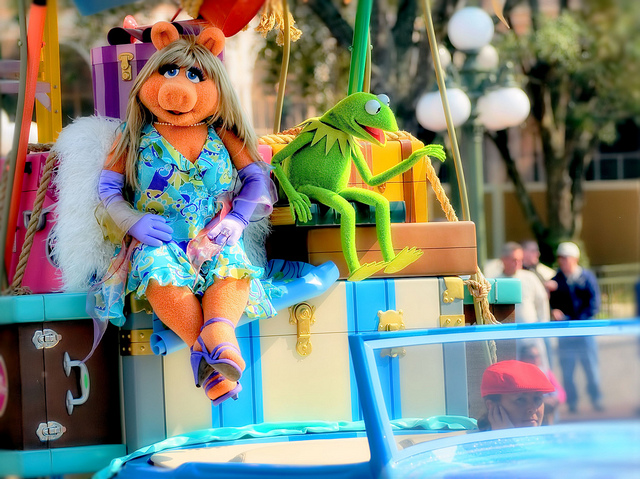 Kermit and Miss Piggy sitting on a float.