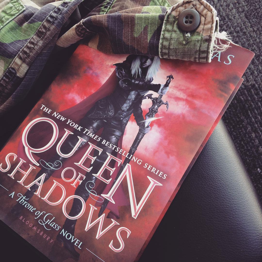 Aelin holding a sword on the cover of QUEEN OF SHADOWS.