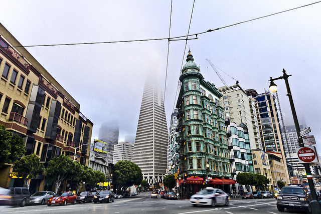 A view of the TransAmerica Pyramid from the street on a misty day.